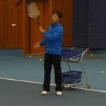 焱泉卢教练为学员发送网球